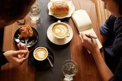 Planistyczna sesja przy kawiarnią między dwa ludźmi z kawą Zdjęcie Stock