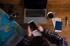 Planistycznej podróży mapy laptopu herbaciana mapa na biurku Fotografia Royalty Free