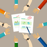 Planistyczny biznes pisze na papierze wraz z drużynowym rysunkiem na papierze komunikuje pomysły i diagram royalty ilustracja