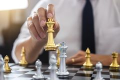 Planistyczny i Strategiczny pojęcie, biznesmen bawić się szachową i myślącą strategię o trzaska obaleniu opposite drużyna i zdjęcia royalty free