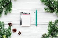 Planistyczny nowy rok Notatnik z robić liście i pinecones na białego drewnianego tła odgórnym widoku blisko świerczyny gałąź Obrazy Stock