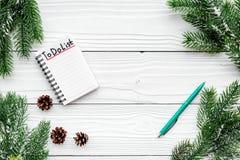 Planistyczny nowy rok Notatnik z robić liście i pinecones na białego drewnianego tła odgórnym widoku blisko świerczyny gałąź Obrazy Royalty Free