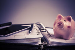 Planistyczny pojęcie - kalendarz, telefon komórkowy, pióro, świniowaty moneybox Fotografia Stock