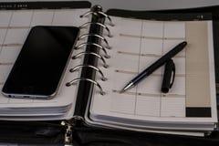 Planistyczny pojęcie - kalendarz, telefon komórkowy, pióro Fotografia Stock