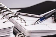 Planistyczny pojęcie - kalendarz, telefon komórkowy, pióro Zdjęcie Stock