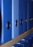 Plank met blauwe bindmiddelen Stock Foto's