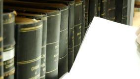 Plank met boeken - ik vond een boek in de bibliotheek stock videobeelden