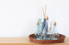 Plank met decoratieve flessen royalty-vrije stock afbeelding