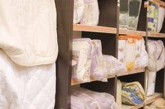 Plank met dekens in een opslag royalty-vrije stock afbeelding