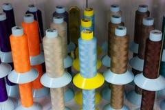 Plank met multi-colored strengen van draad royalty-vrije stock foto's