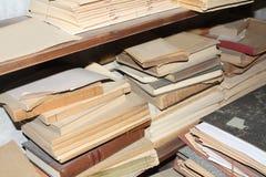 Plank met oude boeken Royalty-vrije Stock Foto's