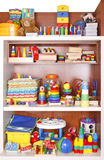 Plank met speelgoed stock fotografie