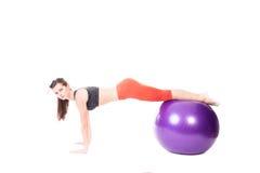 Plank op oefeningsbal stock afbeeldingen