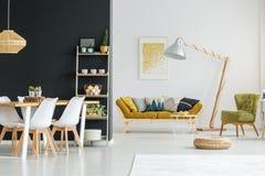 Plank tegen zwarte muur stock afbeelding