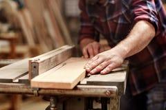 Plank van hout die met cirkelzaag in workshop worden gesneden stock afbeeldingen