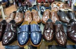 Plank van paren blauwe en bruine schoenen stock foto's