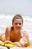 planka för lies för strandunderlagflicka royaltyfria foton