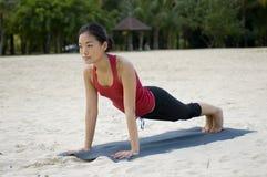 Plankan poserar på strand Royaltyfria Foton
