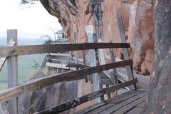 Plankaväg som byggs längs en klippa Arkivfoto