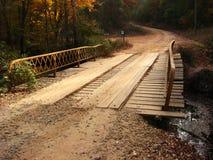 Planke-Brücke auf Schotterweg stockfoto