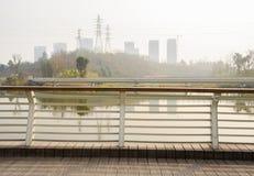 planked人行桥河沿扶手栏杆在城市边缘的 库存照片