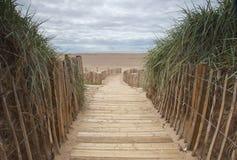 Planked-Fußweg zum Strand Stockbilder