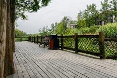 Planked och fäktad plattform för turister på sjö-kusten för royaltyfri fotografi