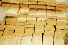 Planken des Holzes auf einer Baustelle Stockfoto