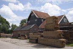 Planken en boomstammen door oude zaagmolen stock afbeelding