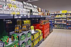 Planken met bierkratten en zieke pakken in Duitse supermerket stock afbeelding