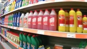 Planken met detergentia in de supermarkt van Domingo stock footage