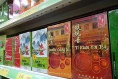 Planken met divers van Chinese thee in kleinhandelsmarkt worden gevuld die Royalty-vrije Stock Foto's