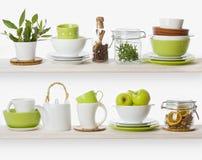 Planken met divers voedselingrediënten en keukengerei Stock Afbeelding