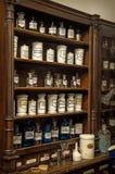 Planken met geneesmiddelen in oude apotheek Royalty-vrije Stock Foto's