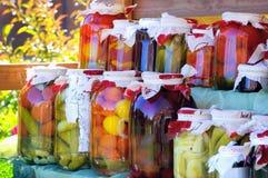 Planken met ingeblikte fruit en groente Royalty-vrije Stock Afbeeldingen