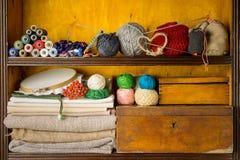 Planken met materialen en hulpmiddelen voor met de hand gemaakt, borduurwerk en het breien worden gevuld die royalty-vrije stock fotografie