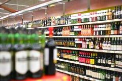 Planken met wijnen in winkel Stock Afbeeldingen