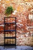 Planken op de muurachtergrond stock afbeelding