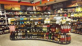 Planken van de wijn de Italiaanse opslag Het opschorten, winkel Stock Afbeeldingen