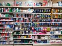 Planken van schoonheidsmiddelen in supermarkt Stock Afbeeldingen