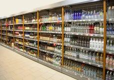 Planken van supermarkt met alcoholische dranken royalty-vrije stock afbeelding