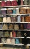 Plankenherenmodezaak met vele draden en rollen voor verkoop Stock Foto's