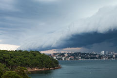 Plankenwolk Front Rolling Over Sydney Harbour Stock Foto's
