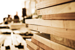 plankor staplade trä royaltyfri foto