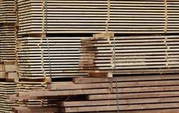 plankor staplat trä Arkivbilder
