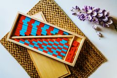 Planks of red and blue wood montessori to facilitate the child with visual clarity, calculation operations