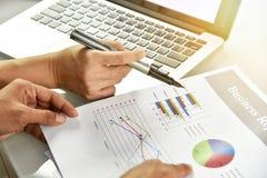 Planläggningen för affärsstrategi, affärskvinnor diskuterar och granskar skrivbordsarbetedatadokument royaltyfria bilder