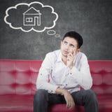 Planläggningen för den unga mannen har det nya huset Arkivfoto