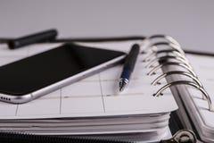 Planläggningsbegrepp - kalender, mobiltelefon, penna Royaltyfri Bild