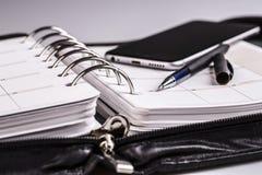 Planläggningsbegrepp - kalender, mobiltelefon, penna Royaltyfria Bilder